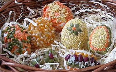 uova-decorate-con-semi-di-mais-e-legumi